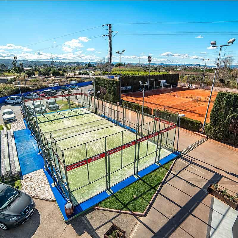 pista de padel de cristal más el parking de tenisquash y pista de tenis